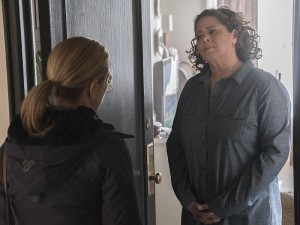 Edie Falco as Jackie Peyton and Anna Deavere Smith as Gloria Akalitus in Nurse Jackie (Season 7, Episode 11). - Photo: David M. Russell/SHOWTIME - Photo ID: nursejackie_711_1581.R