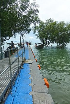 The floating pier on Railay East