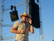 1280px-Jason_Aldean_performing_at_the_2006_Indiana_State_Fair