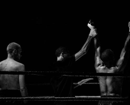 Boxing referee announces champion