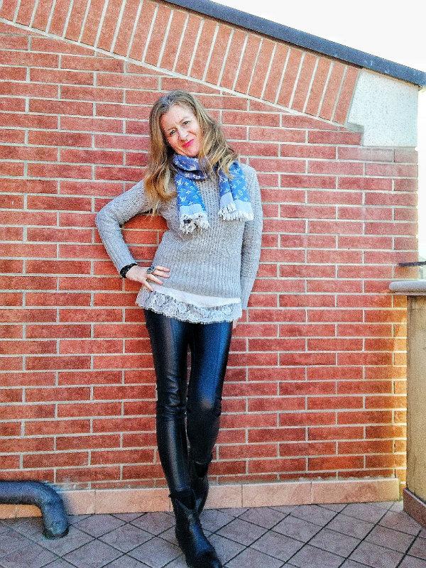 maglione grigio e canotta pizzo