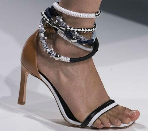 Sandalo con tacco medio sottile