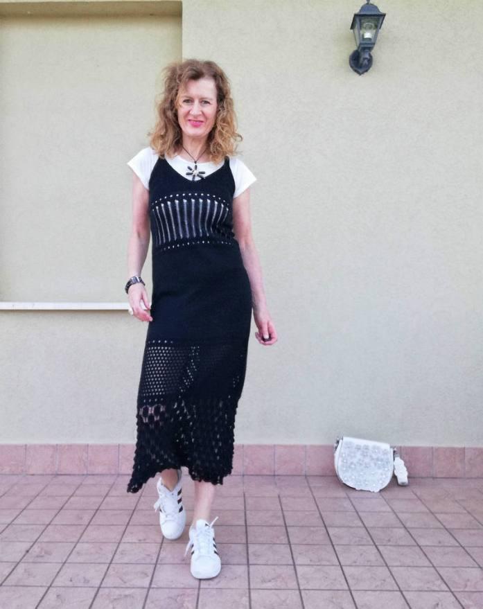 abito crochet nero con tee shirt bianca