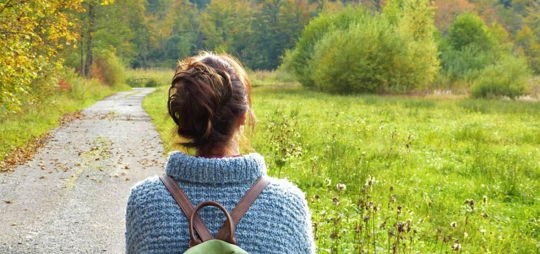 outfit autunno donna in un bosco autunnale