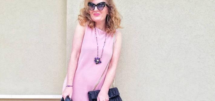 abito rosa e occhiali neri