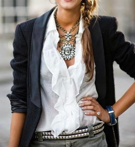 blazer camicia bianca e gioielli