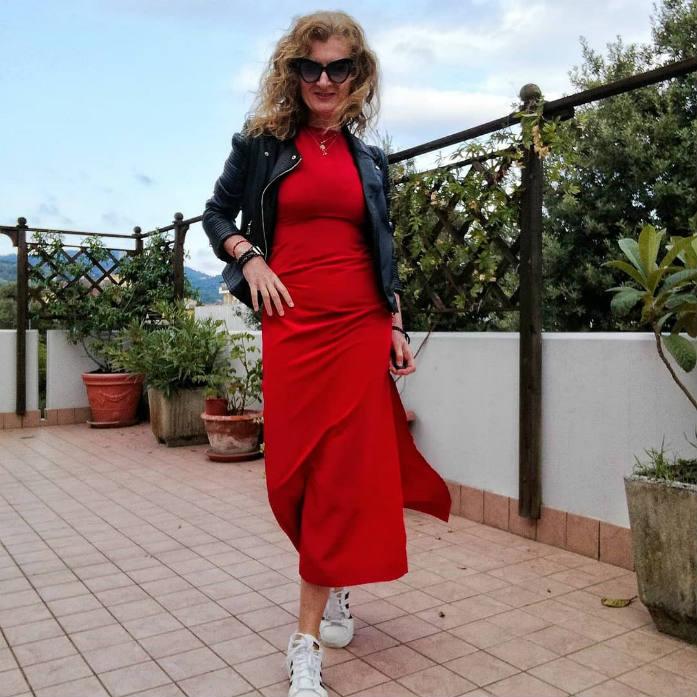 chiodo nero e abito rosso