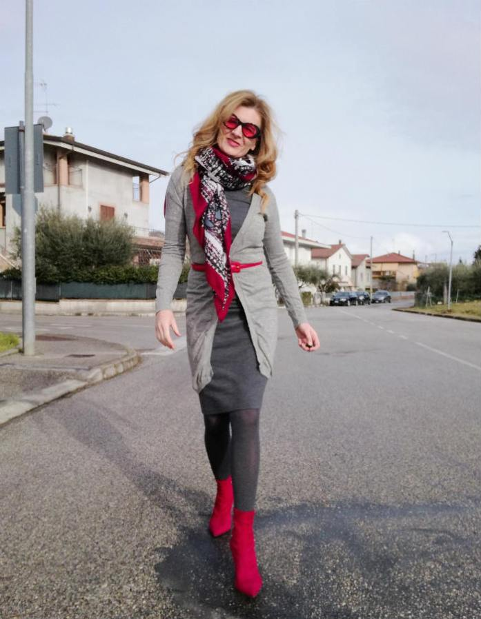 look grigio con accessori rossi