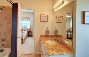 4411Glenwood-UpBathroom-min