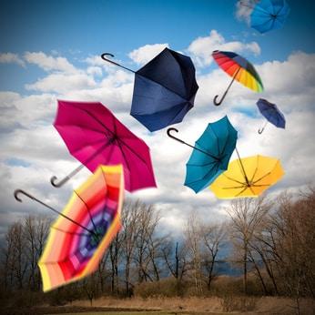 Windiger Herbsttag mit Regenschirmen