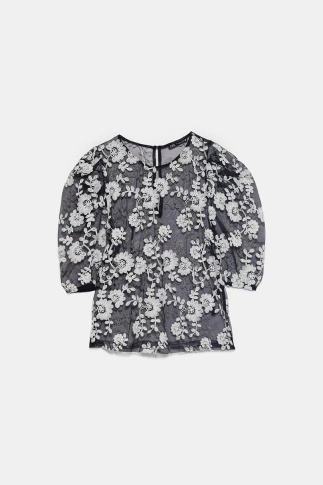 Zara: Η μπλούζα που θα αγοράσεις τώρα και θα την φοράς και το φθινόπωρο είναι διάφανη και ρομαντική!