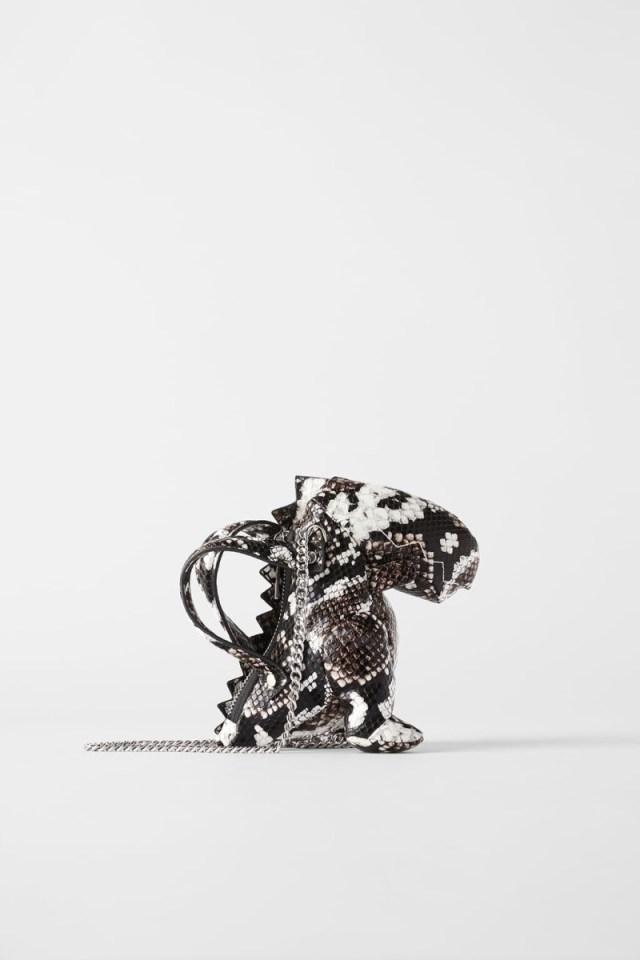 Zara: Κυκλοφόρησε μικρή τσάντα σε σχήμα δεινόσαυρου και κάνουν ουρές για να την πάρουν!