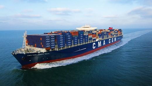 futbol sahasına doğru ilerleyen konteyner gemisi