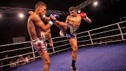 Muay Thai Tekmesi ile Yere Yıkılıyor
