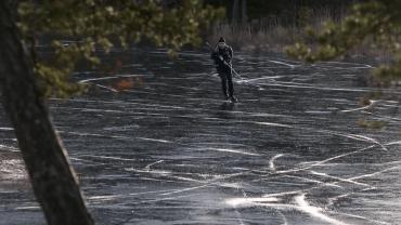 İncecik Buz Üstünde Patenle Kayan İsveçli