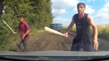 Arabasının Önünü Kesen Hırsızlara Ters Takla Attıran Adam