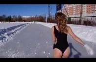 Mayoyla Sokakta Buz Pateni Yapan Kadın