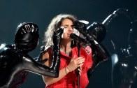 Genç Şarkıcı Sahnede Saçını Bozdu, Makyajını Sildi
