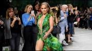 Jennifer Lopez 19 Yıl Sonra İkonik Yeşil Elbisesiyle Podyumu Salladı