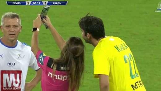Kadın hakemi, Brezilyalı Kaka'ya önce sarı kartını gösterdi sonra telefonunu çıkarıp selfie çekti. İşte maç içinde halemin yaptığı Kaka selfie keyfi