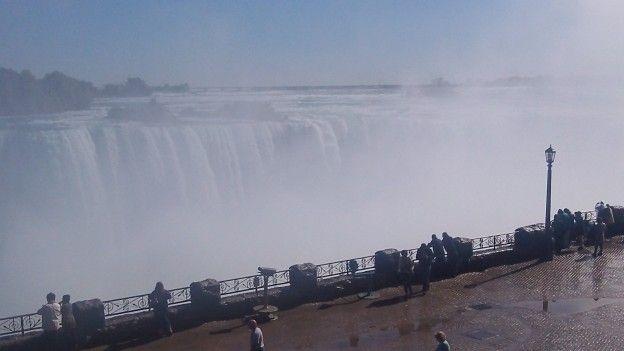 Vue sur les chutes du Niagara coté Candadien photo blog voyage tour du monde http://yoytourdumonde.fr