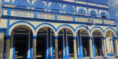 Cuba: Bayamo est une superbe ville coloniale avec des batiments colorés.