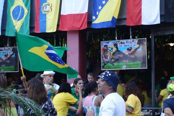 COUPE DU MONDE DE FOOTBALL: Les drapeaux de sortie juste apres la qualification heureuse du Bresil.