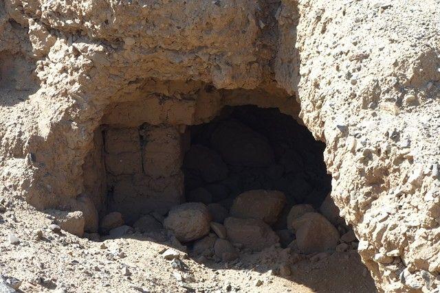 Perou- Chan Chan: Au detour d'un mur, e tombe sur ce trou. Qu'est ce qu'il peut y avoir dedans? Les archeologues ont il dea été visité ce passage?