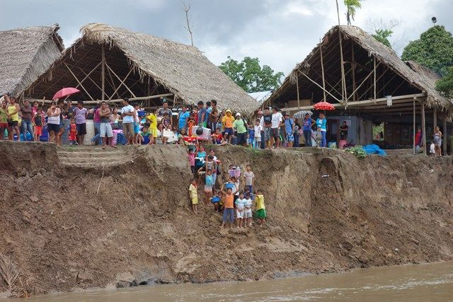 Voyage au Perou- Le bateau de la mort: Différents villages attendent notre venues pour nous vendre leurs produits ou nourritures.