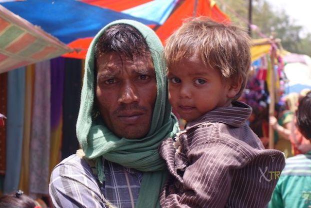 Portrait familiale entre un pere et son fils à Fatehpur Sikri en Inde photo voyage tour du monde http://yoytourdumonde.fr