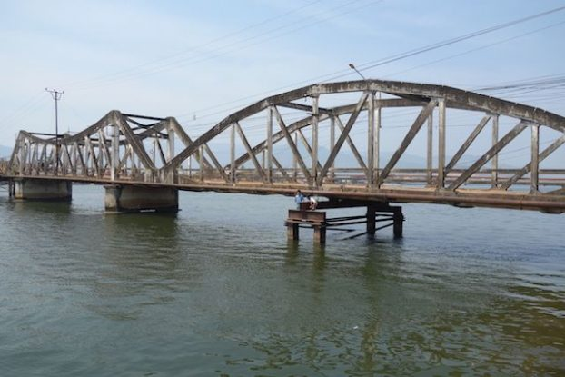 Cambodge: Il vous faut prendre le pont puis aller tout droit pour decouvrir les marais salants de Kampot! Surtout prendre le pont!