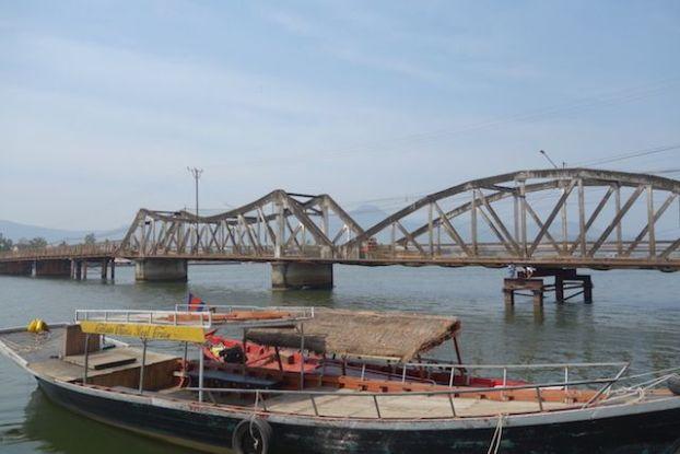 La ville de kampot au Cambodge n'a pas enormement de pont c'est en prenant ce dernier que vous allez retrouvez les marais salants de la ville. Photo blog tour du monde http://yoytourdumonde.fr