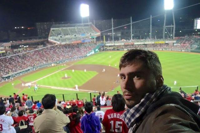 Portrait de Yohann Taillandier au Mazda Zoom-Zoom Stadium Hiroshima. Photo blog voyage tour du monde http://yoytourdumonde.fr