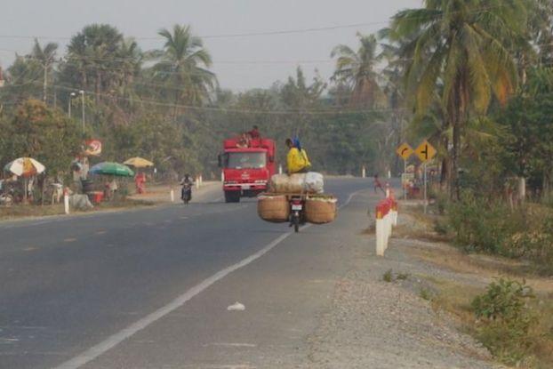 Le trafic automobile entre Kep et Kampot au Cambodge