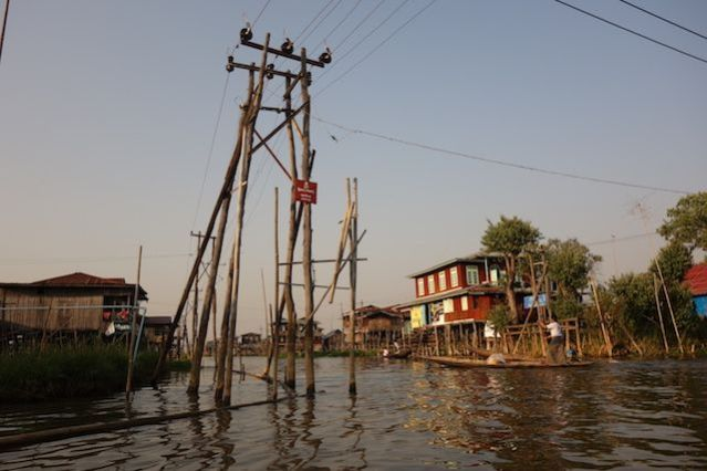 Le lac inle et ces maisons et files electrique digne d'une ville innondée photo voyage tour du monde http://yoytourdumonde.fr