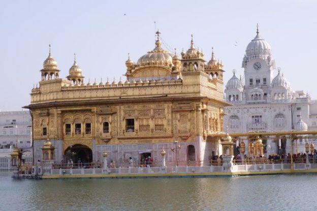 Le blanc immaculé du temple d'or à Amritsar donne un air féérique au temple d'or photo blog voyage tour du monde http://yoytourtourdumonde.fr