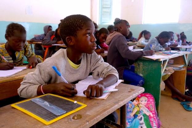 Un élève de l'école privée de Mar Lodj photo blog voyage tour du monde http://yoytourdumonde.fr
