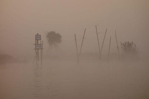 Le brouillard qui est present sur le chenal du lac inle en birmanie donne une impression etranger et pourtant le lac inle de l'unesco est une merveille absolue photo blog voyage tour du monde http://yoytourdumonde.fr