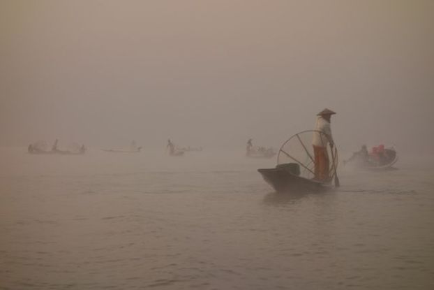 Entre pecheurs et brume le lac inle en birmanie est d'une beauté unique dans le monde à découvrir d'urgence photo blog voyage tour du monde http://yoytourdumonde.fr