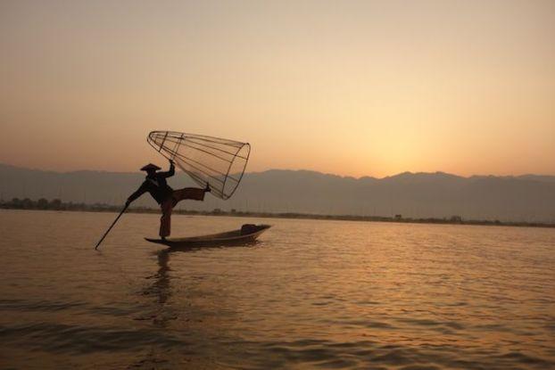 Le soleil se leve sur les montagnes du lac inle en birmanie au myanmar cela donne un coté feerique du lac photo blog voyage tour du monde http://yoytourdumonde.fr
