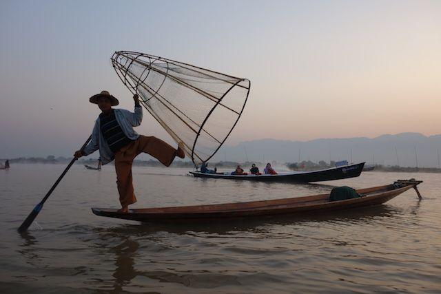 Certains touristes reprochent une perte d'authenticité du lac inle en birmanie avec des faux pecheurs present pour prendre la photo et les billets. photo blog voyage tour du monde http://yoytourdumonde.fr