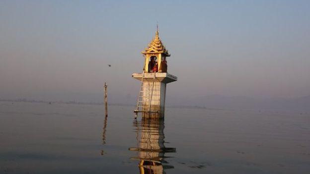 le bouddhisme est omnipresent en birmanie et autour du lac inle avec de nombreux temples et stupa photo blog voyage tour du monde http://yoytourdumonde.fr