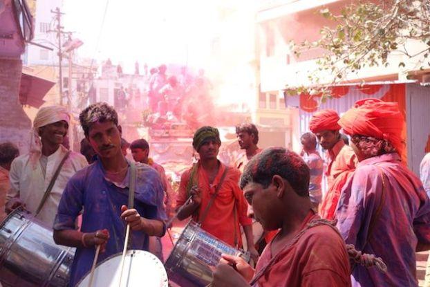 Des groupes de musiques jouent du cote de Pushkar pour la fete des couleurs ou fete de Holi en Inde photo voyage tour du monde http://yoytourdumonde.fr