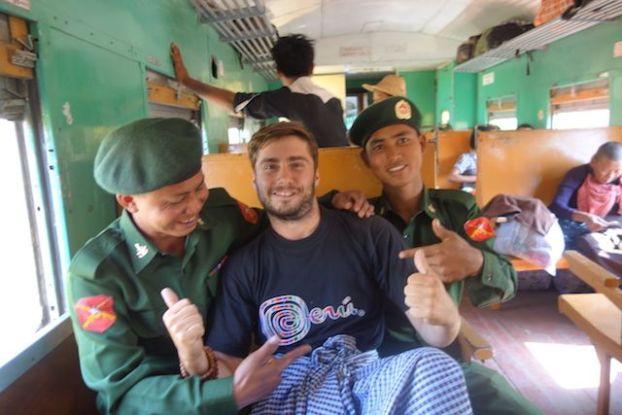 Birmanie moment de rigolade avec des soldats birmans avant que ceux-ci accesdent au front lors de tension avec des personnes proches de la Chine photo voyage blog tour du monde http://yoytourdumonde.fr