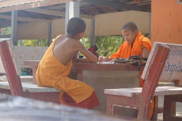 Les moines bouddhistes doivent apprendre les textes par coeur de Bouddha. Photo blog http://yoytourdumonde.fr