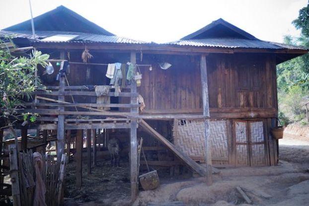 Birmanie photo maison avec un buffle au sous sol puis la famille photo blog voyage http://yoytourdumonde.fr