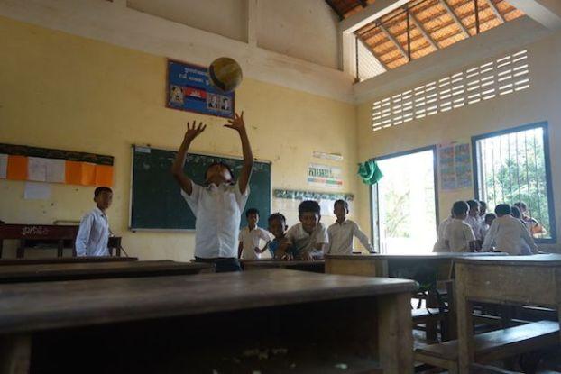 Les jeunes d'une ecole dans la campagne de Kep au Cambodge s'amuse dans les locaux de l'ecole. Photo blog http://yoytourdumonde.fr
