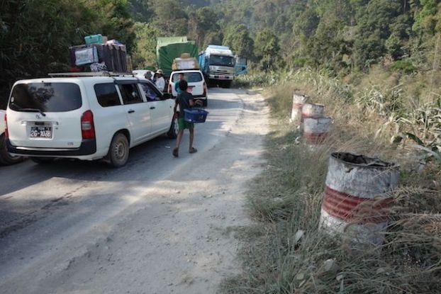 les routes en birmanie sont fait par des locaux etat corrompues photo blog voyage: http://yoytourdumonde.fr