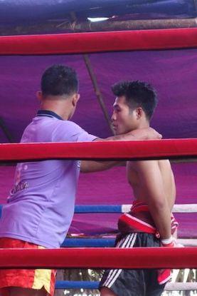 la boxe est un sport tres populaire en birmanie qui permet de gagner un peu d'argent pour les familles. photo blog voyage http://yoytourdumonde.fr