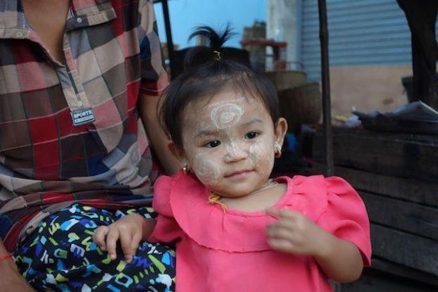 Une petite fille qui porte du Thanaka en birmanie sur le marche de Hpa-An. Photo blog tour du monde http://yoytourdumonde.fr